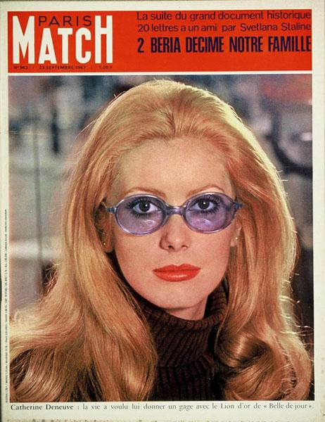 Couverture du PARIS MATCH n°963 du 23 septembre 1967 : Catherine DENEUVE, portant des lunettes teintées bleues, avec un col roulé marron.